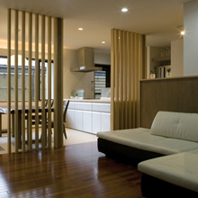 素材と空間の違いを調和する「格子間仕切りの家」