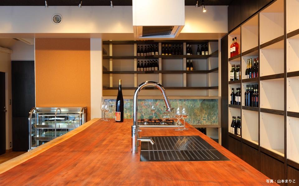 「みどりや酒店」 立ち飲みワイン場のコミュニケーションスペース